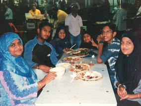 (左から)お母さん、シャー、妹、妹、弟、妹