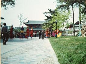 【済南】大明湖公園で竹馬やってた。左オレ