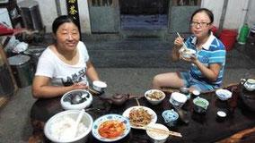 西递での晩ごはん。 なぜかお茶屋さんの母娘と食べた。 オレのためにご飯を作ってくれてありがとう。 むちゃくちゃ腹いっぱいになった。
