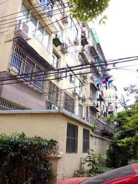 うちの小区。 【小区xiǎoqū】 団地。居住区。住宅街。