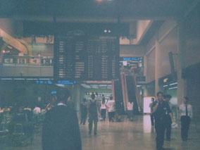 掲示板を見上げるオレ バンコク空港