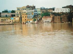 川沿いの道ない  雨季で増水してるから  ボートから