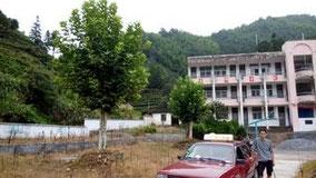 村の小学校に到着。