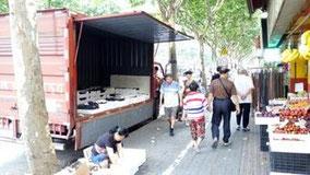果物屋さんの前にトラックつけて、トラックにいれたままぶどう売ってるのが少し面白かった。茅台路。