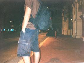 始発のバスを待つオレ 空港へ行く 荷物はリュックサックだけ シンガポール最後の日
