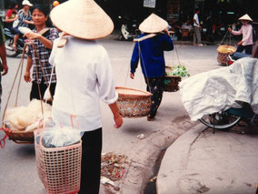 【ハノイ】物売りのおばちゃん。竹は歩くとけっこうしなる。