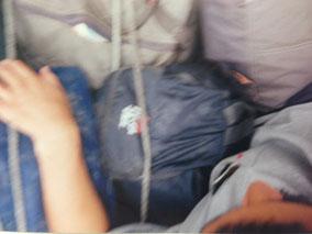 移動中 バスの上 荷物と一緒