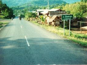 【ラオス】バス移動中。自分の村について歩いて帰る人。