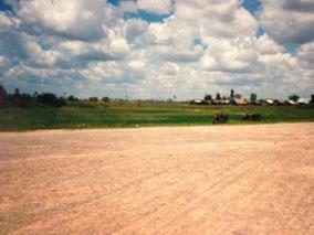 天気いい。ベトナム国境とカンボジア国境の間歩いてる