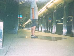 地下鉄を待つ
