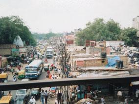 駅の前の道