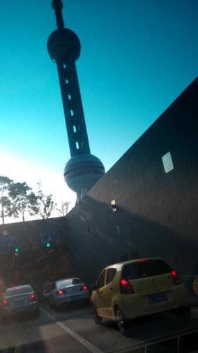 さっき浦東行ったとき運転しながら撮った。 【东方明珠dōngfāngmíngzhū】 東方明珠。高さ468mのテレビ塔。