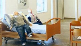 Pflegende mit älterer Frau an Rollator