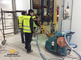 Preparación del soporte y aspirado industrial del suelo de resina alimentario
