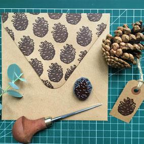 Tampon pomme de pin automne Le Héron Graveur