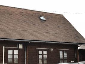 屋根の所々に板の吹き飛ばされた跡があります。