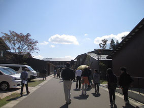 青空の下でシェア金沢敷地内の散策