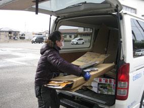 つばさ作業として古紙を運搬しています。