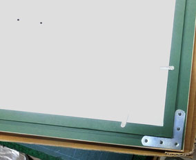 裏面 左上部の2点は、支持体と裏板との接合ビス頭
