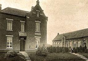 Twee gebouwen. Een jongensschool en het huis van het schoolhoofd. Zwart-wit foto.