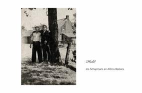 Oude foto. Acht jongens  met vermelding van hun namen in een weide met op de achtergrond bomen.