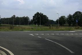 Gezien in omgekeerde richting. omhoog de Fabrieksstraat. Horizontaal de Industrieweg - Links Oosterbergen, rechts richting Hulst en Paal.