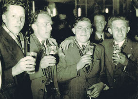 Louis Van Wezemael-Louis Tessens-Alfons Beckers-Jos Schapmans-Bert Van De Ven in café van Mil Van Thienen met Hulstkermis.