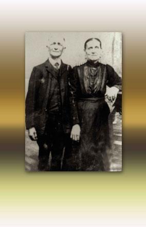 Trouwfoto van Felix Sas en Regina Theys. Zwart-wit foto met gele achtergrond.