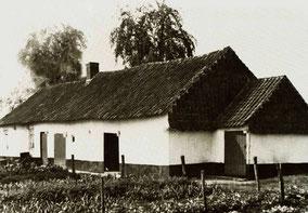Oude boerderij aan Paalsesteenweg. Zwart-wit foto.