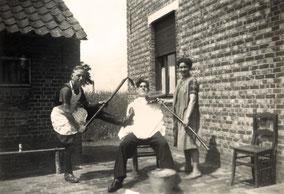 Drie personen met een borstel en een zeis met zeepsop: 1948.