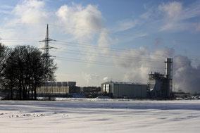 winterlandschap met een deel van een fabriek