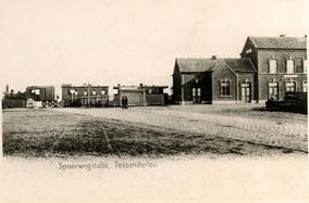 oude foto met rechts het station en trein met wagons. Zwart-wit foto.