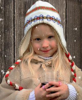 Kind trinkt alkoholfreien Treml Punsch