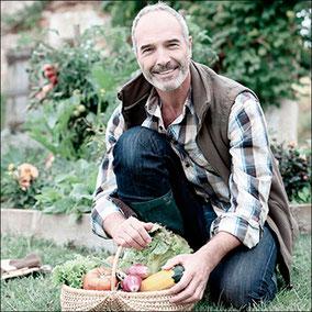 Mann mit Obstkorb aus eigenem Garten