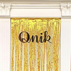 Qnik Logo Goldvorhang Lametta