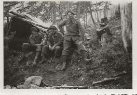 Juin 1940 - Bivouac tactique - Col de la Cayolle  - un groupe de soldats du IIe bataillon avec leur mascotte