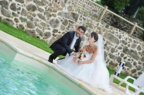 Les mariés à la piscine au Hameau de la Fouquière | stepharno photos