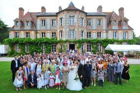 Photo de groupe du mariage au domaine de la petite haye | photographe stepharno photos