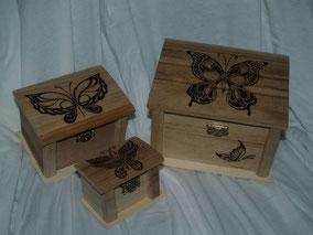 Conjunto de cajas de madera con mariposas pirograbadas