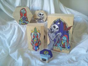 Conjunto de cajas de madera pintadas con motivos de Pesadilla antes de Navidad