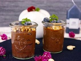 Veganer Schokopudding im Glas mit karamelisierten Cashews