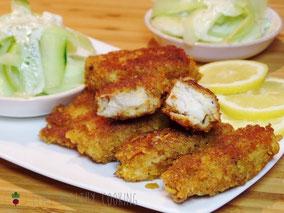 Fischstäbchen mit Cornflakespanade und Gurkensalat