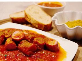 Currywurst mit Soße, Curry und Brot