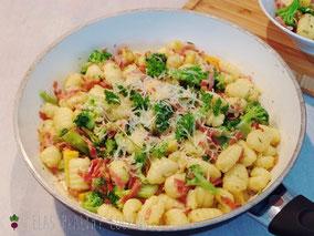Gnocchipfanne mit Brokkolo, Zucchini und Schinken