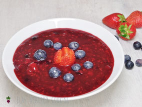 Rote Grütze in Schüssel mit Erdbeeren und Blaubeeren