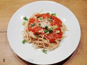 Linsenbolognese Frühlingszwiebeln Tomatensoße