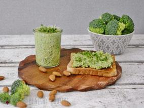 Brokkoli_Aufstrich mit Kresse auf Brot