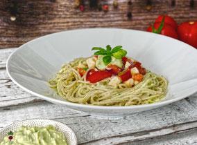 Pasta mit Cremiger Avocadosoße, getoppt mit Tomaten und Mozarella