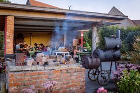 Grillen bei Outdoorküche mit Smocker