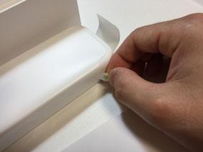 時計本体の入っているケースのスリーブを引っ張ります。